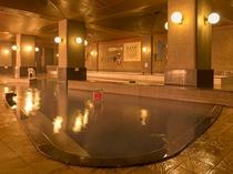 【大浴場】源泉かけ流しの湯量たっぷりの湯