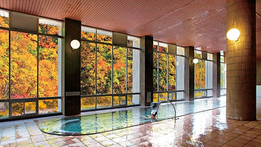 【大浴場】紅葉を楽しみながら浸かる源泉かけ流しの湯