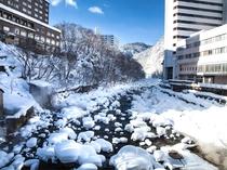 【冬の周辺】ホテル周辺は雪化粧した美しい渓谷が広がります