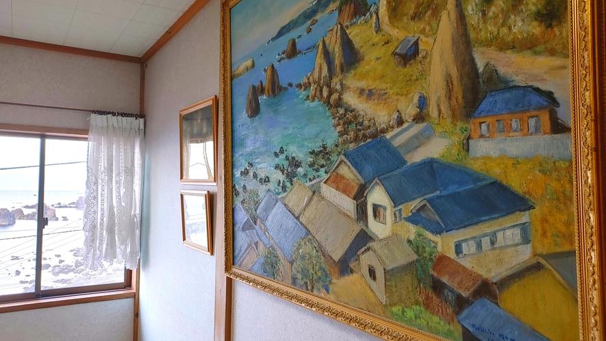 館内_スタッフの趣味である絵画を飾っています!