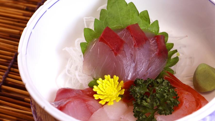 夕食一例_お造りの盛り合わせ。その日の新鮮な魚をご提供しています