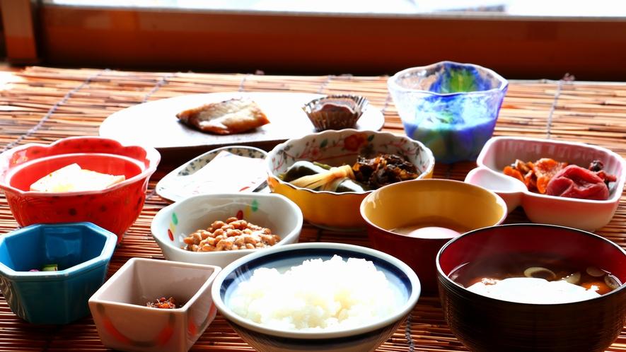 朝食_佐渡米と相性抜群の手作りの料理が並びます
