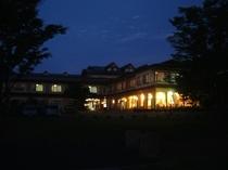 宵闇に灯るホテルの明かり