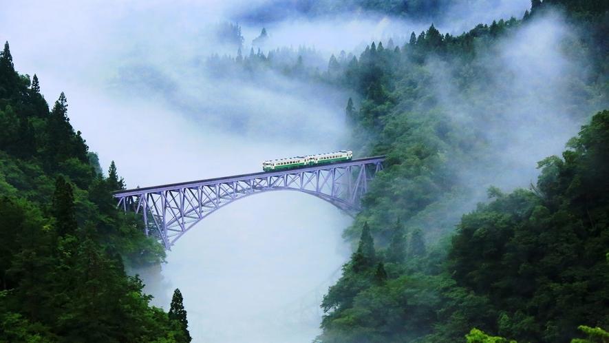 *【只見線】6月から8月にかけて、川霧がより一層幻想的な世界を作り出します。
