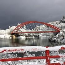 【只見川】冬の銀世界には只見川に架かる赤い橋が映えます。