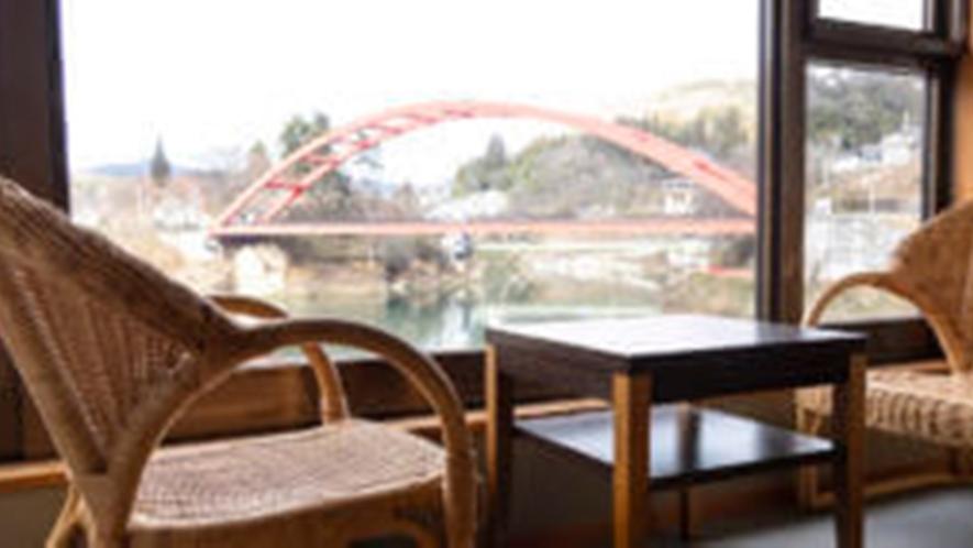 *川沿い和室10畳バス・トイレ付(一例)窓辺で四季折々の風景をお楽しみください