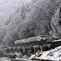 【JR只見線】冬 銀世界のなかを走り抜ける列車。