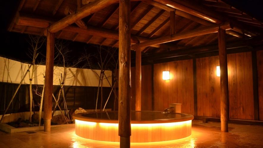 *2017年4月リニューアル露天風呂/優しい明かりが周囲を照らし出す、暖かい空間となりました。