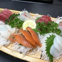【刺身の舟盛り(一例)】新鮮な海の幸をご賞味くださいませ!