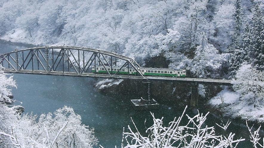 *【JR只見線】冬 銀世界のなかを走り抜ける列車。