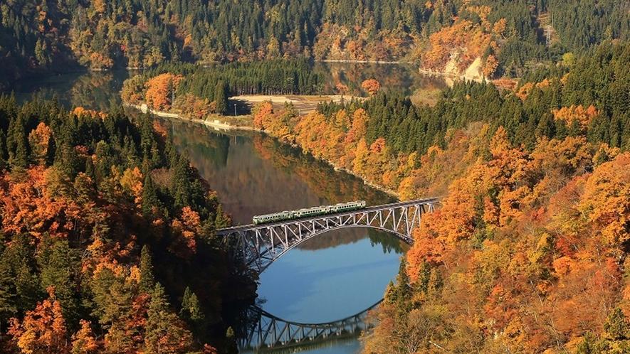 *【只見線】紅葉に彩られた只見線第一橋梁。秋限定の絶景をお見逃し無く。