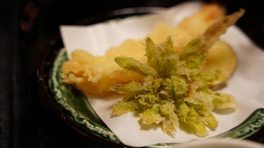 お夕食一例(揚物)奥会津の旬の野菜や山菜を天ぷらに。