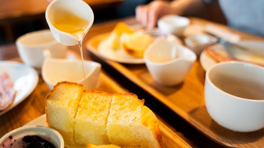 *名物「耳までやっこい食パン」の厚切りトースト