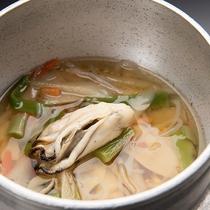 *【夕食一例/牡蠣の釜飯】大ぶりの牡蠣を贅沢にも秋田県産米で釜飯に。