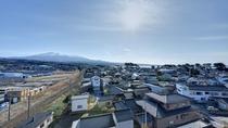 *【窓からの眺め】上階では鳥海山の美しい眺めが広がります。