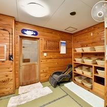 *【光明石温泉/古代檜風呂】床の畳や木のぬくもりを感じる温かみのある脱衣所。