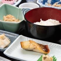 *【朝食一例】焼魚と海藻の味噌汁、鳥海山の山菜など地元食材を中心に使用しております。