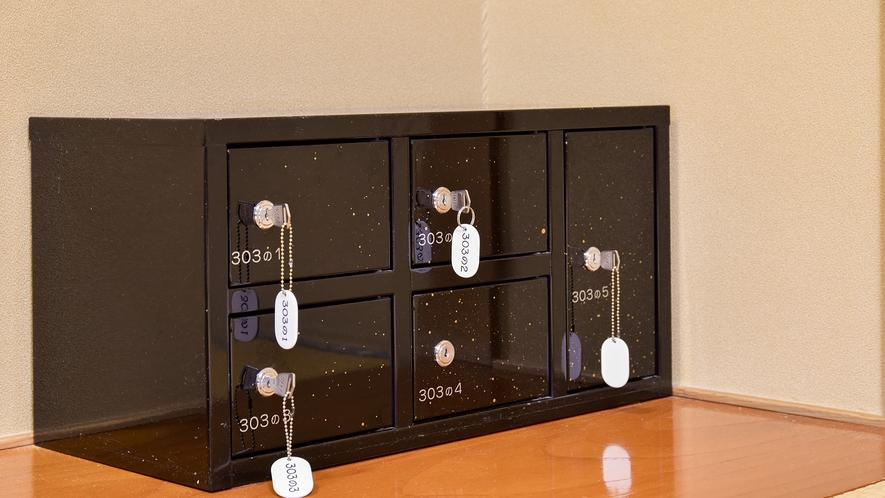 *部屋設備 -小分けで使える金庫棚