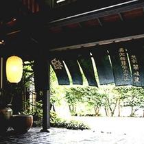 ■ 夏の玄関 この季節ならではの、さわやかな風が吹き抜けます。