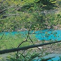 ■ 夢の吊り橋 エメラルドグリーンのチンダル湖(ダム湖)にかかる長さ90m高さ8mの吊り橋です。