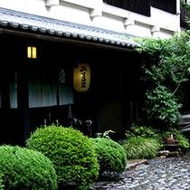 ■ 玄関 ほんのり灯る提灯。伝統的な日本のお宿がここにあります。