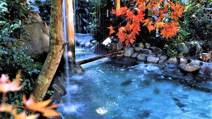 秋の大浴場 露天風呂の庭園も色づきます