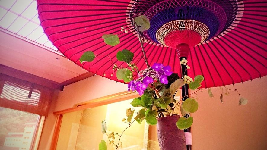 赤い和傘と生け花