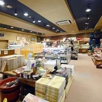 【売店】みなかみ温泉のお土産が揃う館内の売店。