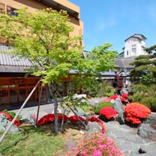 【外観】春にはつつじが美しい辰巳館。