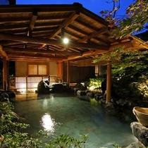 【庭園露天風呂 たまゆらの湯/夜の雰囲気】利根川のせせらぎを聞きながら川風を感じる露天風呂。