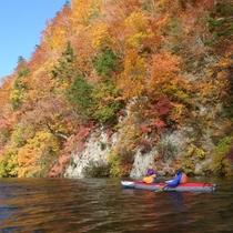 水面から見る絶景のパノラマ!「紅葉カヌー」