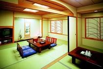 【和室】本間10畳+次の間5畳の広々とした清潔感のある和室で、のんびりとお寛ぎください