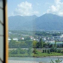 ≪客室眺望:笛吹川側≫ホテルのすぐそばを流れるのは清流笛吹川