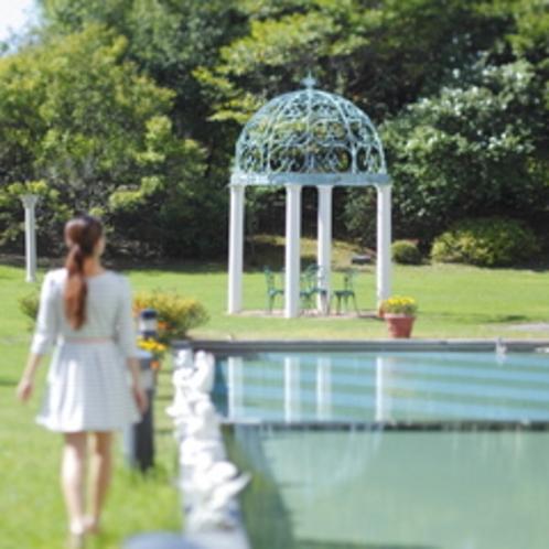 ≪館内での過ごし方イメージ≫天気の良い日には、緑あふれる中庭での散歩もおすすめ