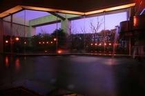 【温泉大浴場】夜の温泉はお昼とは違った趣があります。滞在中は何度でもご利用ください