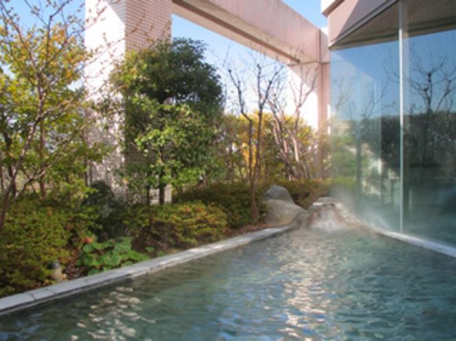 【露天風呂】青空を眺めながらの入浴は、日ごろの緊張をほぐしてくれることでしょう