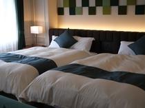 ≪10階ナチュラルモダンツイン≫ベッドはシモンズ製140㎝幅ダブルサイズを2台配置