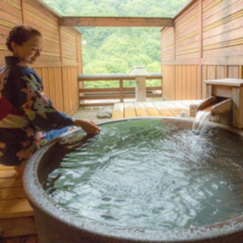 【露天風呂付客室11畳】「ふたりの距離が縮まる」とご夫婦、カップルに好評な陶器の露天風呂付のお部屋。