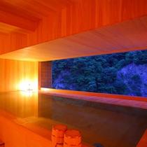 【「華の湯」檜の露天風呂3F】絵画のような清冽な風景を眺めることができる隠れ家的総檜露天風呂。
