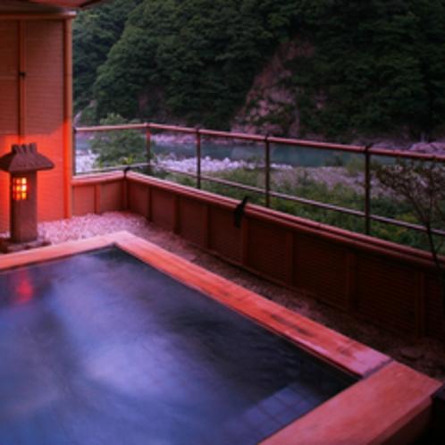 【「琴音の湯」檜の露天風呂1F】黒部川の美しい自然が描く美景、せせらぎの音が心地よい。
