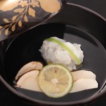 【旬味の一品】富山湾の味覚の一つに越中梅貝。越中バイ貝菊花浸しの独特の旨みと食感をお楽しみください。