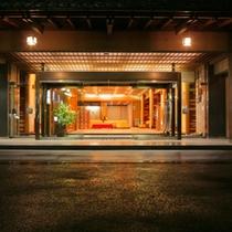 【玄関】黒部川の清流沿いに立つ、宇奈月温泉の老舗宿「延楽」。