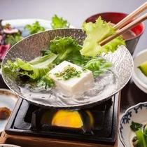 【宇奈月豆冨】宇奈月の老舗豆腐屋から毎朝仕入れる、大豆の素材の味が引き立つ出来立ての豆腐。