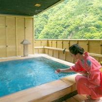 【「琴音の湯」檜の露天風呂1F】四季をそのままに感じる、銘木の香り豊かな風情溢れる檜風呂。
