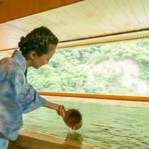 【「華の湯」檜の露天風呂3F】江戸時代から湧き出ている湯量が豊富な無色透明の温泉。