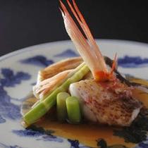 【旬味の一品】「昭和初期の染付」に盛られた季節の魚の炊き合わせ。料理は目と舌で味わうを実感。
