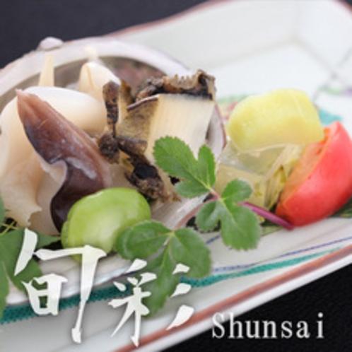 【旬彩膳:強肴 貝寄せ 鮑殻盛り 土佐酢】蒸し鮑や梅貝と土佐酢の愛称は抜群。箸の進む一品です。