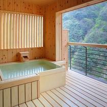 【貴賓室】14階にある貴賓室の渓流を望む開放感ある露天風呂。湯船から仰ぎ見る夜空は最高のひと言。