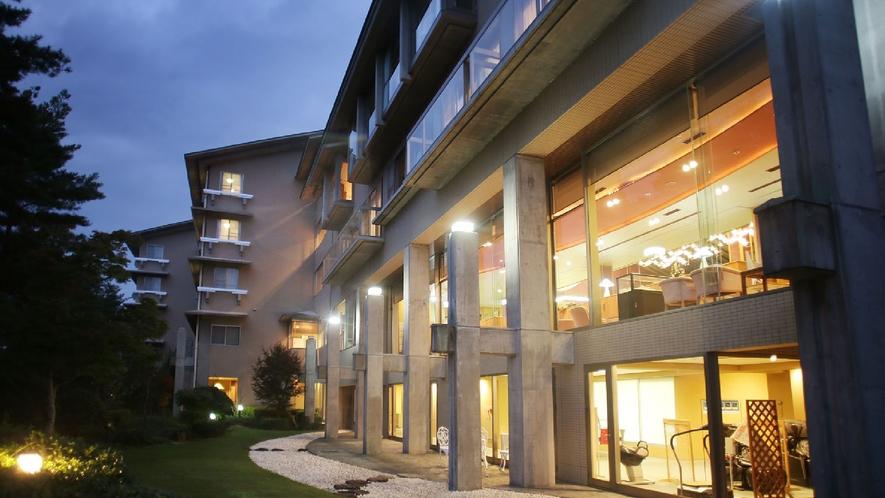ホテル中庭・夜