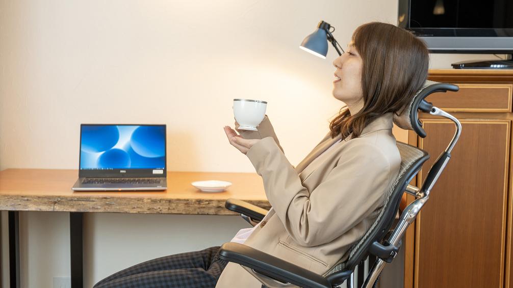 最新の椅子を完備している客室は長時間の作業でも大丈夫、合間にコーヒータイムでリラックス♪